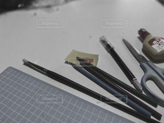 屋内,暗い,はさみ,ペン,未来,ツール,文房具,不安,恐怖,ものづくり,文具,創作,筆記用具,ストップ,戸惑い,迷い,創作活動
