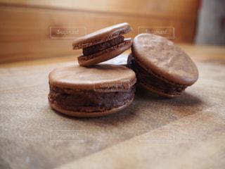 食べ物,スイーツ,屋内,木,デザート,まな板,皿,チョコレート,手づくり,木目,マカロン,おうち時間,お家時間,チョコレートマカロン