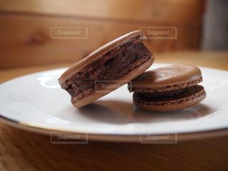 スイーツ,屋内,木,デザート,テーブル,まな板,皿,チョコレート,クッキー,手づくり,木目,物,お家時間,チョコレートマカロン