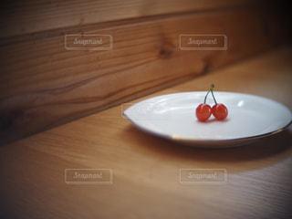 食べ物,屋内,木,緑,赤,テーブル,フルーツ,果物,スプーン,さくらんぼ,皿,食器,木目,みどり,あか,木材,チェリー