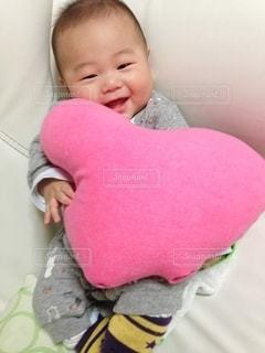ハートのクッションと赤ちゃんの写真・画像素材[3313969]