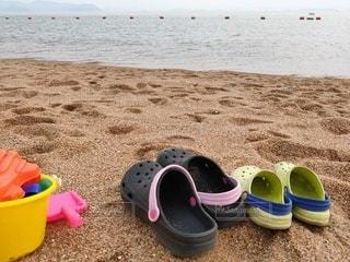 ビーチで靴のグループの写真・画像素材[3516829]