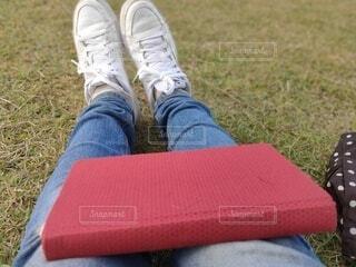 公園で読書の写真・画像素材[3722373]