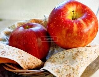 カゴに入れた2つの林檎の写真・画像素材[3825526]