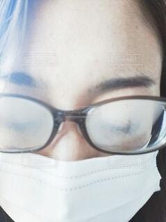 メガネがくもった、マスクの女性の写真・画像素材[3959228]