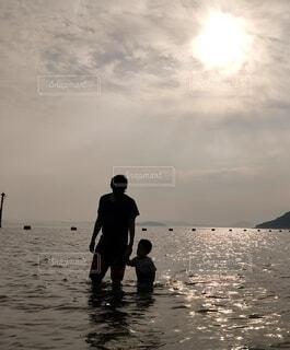海に立っている親子の写真・画像素材[4007911]