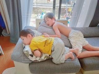 くつろぐ男の子兄弟の写真・画像素材[4012516]