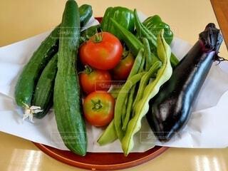 テーブルの上の夏野菜の写真・画像素材[4654598]