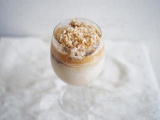 テーブルの上のベイリーズダルゴナコーヒーの写真・画像素材[3592474]