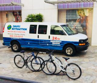 建物,自転車,街並み,屋外,白,青,自動車,店,ツートン,並び