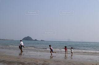家族,自然,海,空,夏,屋外,砂,ビーチ,親子,砂浜,水面,海岸,子供,人物,人,たくさん,summer,姉妹