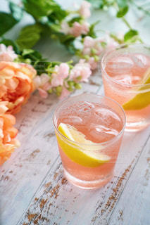 花,ピンク,ジュース,室内,氷,テーブル,コップ,レモン,グラス,暮らし,ドリンク,飲料
