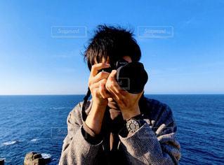 男性,海,空,カメラ,屋外,青,水面,人,地平線