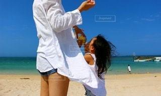 子ども,飲み物,自然,風景,空,屋外,ビーチ,青空,砂浜,青い海,日焼け,少女,人,旅行,レモン,リゾート,白シャツ