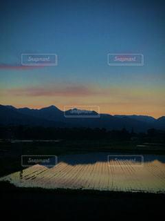 北アルプスと田植え後の田園(夕暮れどき)の写真・画像素材[3210185]