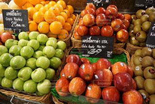 展示されている様々な果物や野菜の写真・画像素材[3222719]
