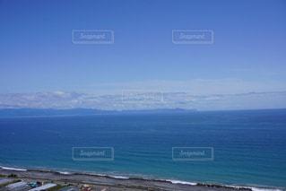 水域の隣のビーチの眺めの写真・画像素材[3340105]