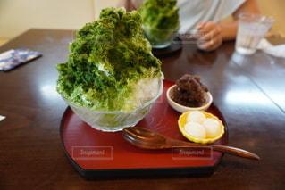 食べ物の皿をテーブルの上に置くの写真・画像素材[3580085]