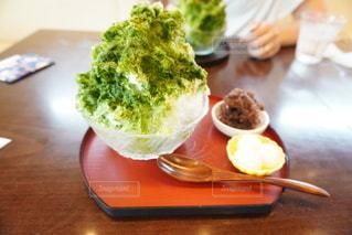 食べ物の皿をテーブルの上に置くの写真・画像素材[3580086]