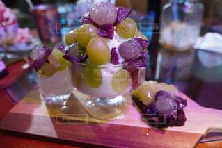 木のテーブルの上に果物が付くケーキの写真・画像素材[3709634]