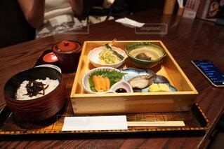 食べ物の皿をテーブルの上に置くの写真・画像素材[3740902]