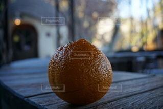 木のテーブルの上に座っている2つのオレンジの写真・画像素材[3880994]