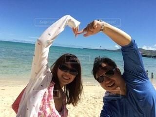 砂浜の上に立つ人々のグループの写真・画像素材[3901496]