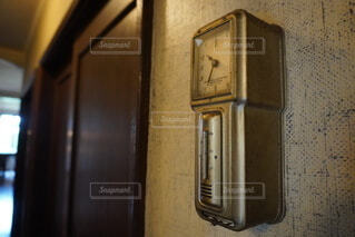 ドアの前に座っている時計の写真・画像素材[3901821]