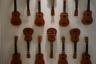 2つのギターをトッピングした木製のテーブルの写真・画像素材[3902007]