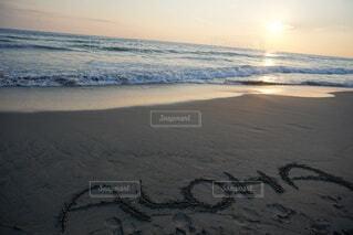 夕日を背景にしたビーチの写真・画像素材[3926799]