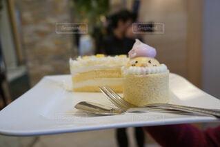 テーブルの上に座っているケーキの写真・画像素材[3956646]
