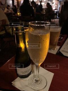 テーブルの上にワイン1本とビール1杯の写真・画像素材[3960519]