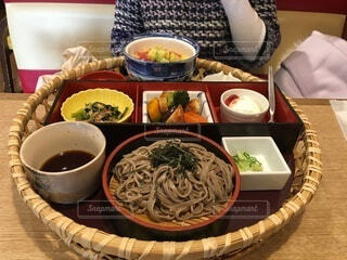 テーブルの上に食べ物を1杯入れるの写真・画像素材[4002142]