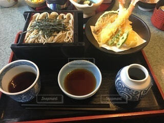 食べ物の皿とコーヒー1杯の写真・画像素材[4002144]