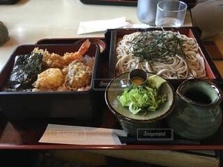 食べ物の皿をテーブルの上に置くの写真・画像素材[4002145]