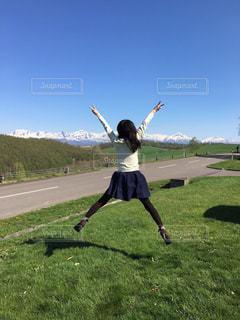 女性,20代,自然,空,ロングヘア,屋外,後ろ姿,ジャンプ,北海道,草