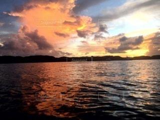 海に沈む夕日の写真・画像素材[3357714]