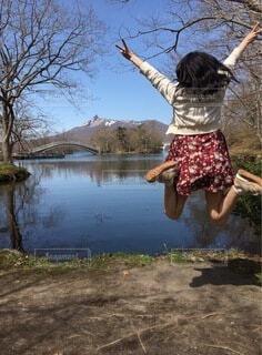 湖に向かってジャンプの写真・画像素材[3828299]
