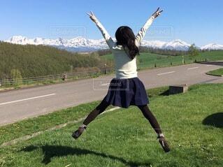 美瑛の丘でジャンプの写真・画像素材[3828300]