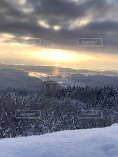 自然,風景,空,冬,雪,屋外,太陽,朝日,雲,北海道,山,丘,樹木,正月,寒い,お正月,日の出,新年,初日の出,斜面