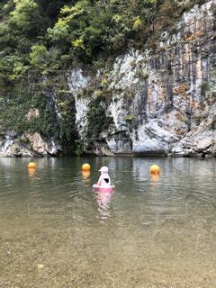 水の中でボートを漕ぐ人々のグループの写真・画像素材[3194264]