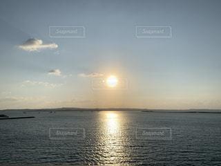 大海と夕暮れ太陽の写真・画像素材[3201661]