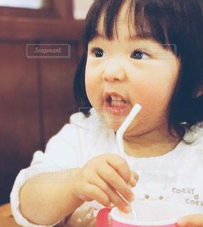 子ども,食べ物,屋内,少女,人,顔,食べる,幼児,ビックリ,食品の渇望