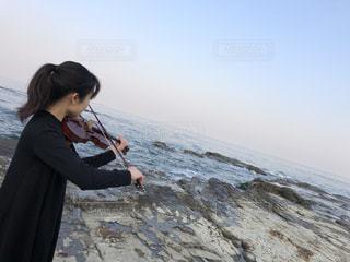 朝の海でバイオリンの写真・画像素材[3215004]