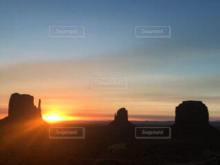 モニュメントバレーの日の出の写真・画像素材[4455153]