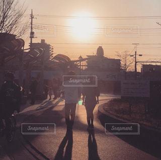 恋人,空,屋外,太陽,後ろ姿,夕暮れ,樹木,人,通り