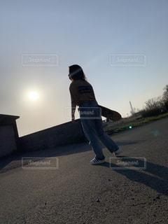 女性,男性,風景,空,夕日,屋外,後ろ姿,かっこいい,夕方,女の子,少女,背中,人,Tシャツ,絆,地面,スケボー,運動,青春,デニム,想い,日中,履物,スケーター,スケボー女子,立姿