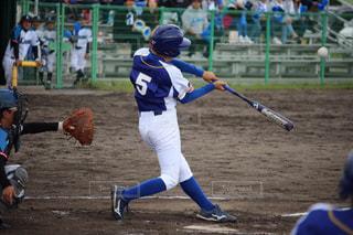 男性,子ども,夏,スポーツ,屋外,後ろ姿,人,ゲーム,地面,小学生,野球,少年,試合,弟,ユニフォーム,5,グラウンド,大会,部活,一生懸命,観客,ベース,応援,背番号,バッター,グローブ,プレーヤー,少年野球,フォーム,スイング,野球少年,打者,熱い思い,打つ,捕手,熱い夏,打撃,がむしゃら,高学年,スポーツ フォーム,5番,野球グラブ,野球のバット,マクドナルド杯,打つ瞬間