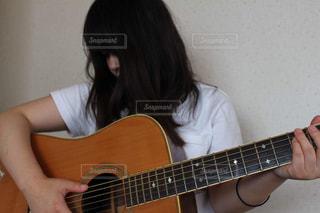 ロングヘア,白,ギター,女,女子,家,オシャレ,壁,人,Tシャツ,音楽,休日,練習,休み,のんびり,ゆっくり,ホーム,ゆったり,自宅,HOME,弾き語り,休みの日,白Tシャツ,おうち時間,ステイホーム