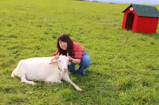 緑豊かな場所でのヤギと私の写真・画像素材[3197290]